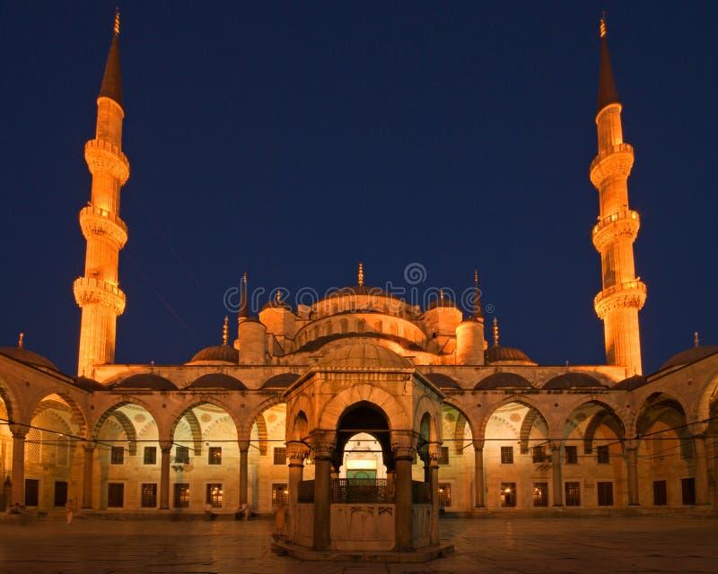 Mesquita azul na noite imagem de stock royalty free