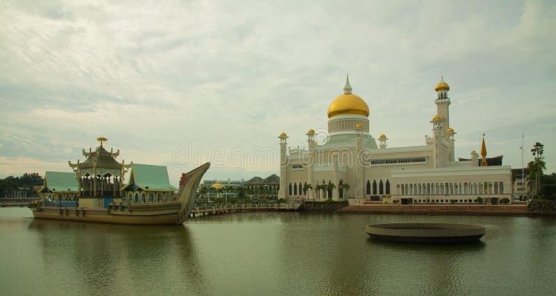 Mesquita bonita de Sultan Omar Ali Saifuddin em Bandar Seri Begawan - Brunei Darussalam fotos de stock royalty free