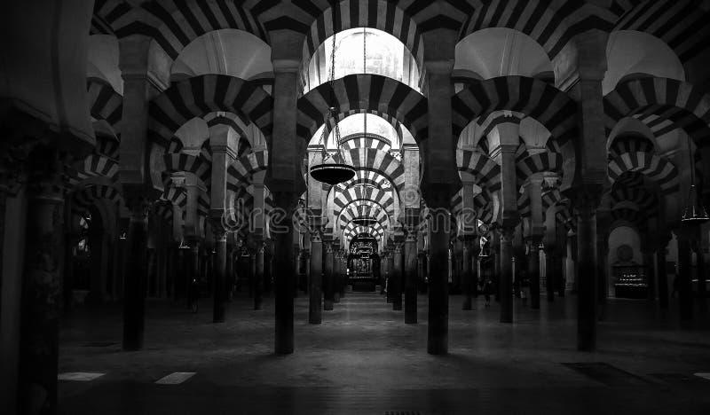 Mesquita/catedral do rdoba do ³ de CÃ - arcos, preto e branco fotografia de stock royalty free