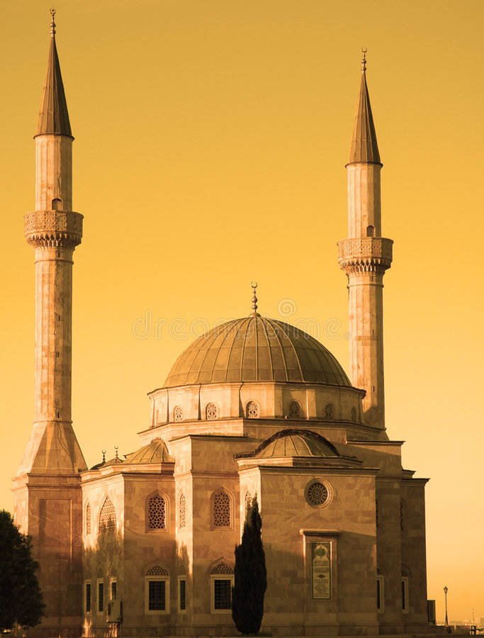 Mesquita com dois minaretes dentro imagens de stock
