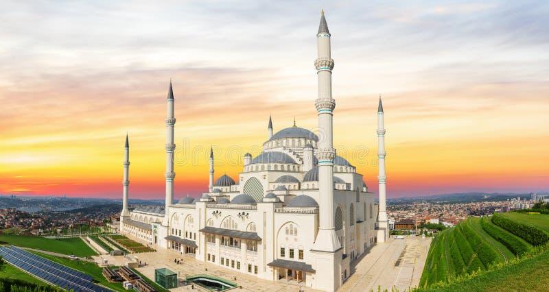 Mesquita de Camlica ao pôr do sol, lado asiático de Istambul, Turquia fotografia de stock royalty free
