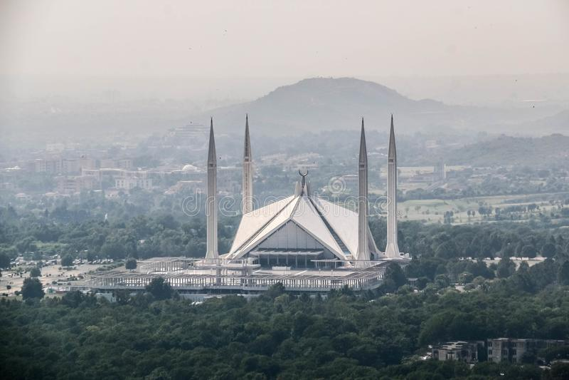 A mesquita de Faisal do xá é o masjid em Islamabad, Paquistão Localizado nos montes de montes de Margalla O projeto o maior da me imagens de stock royalty free