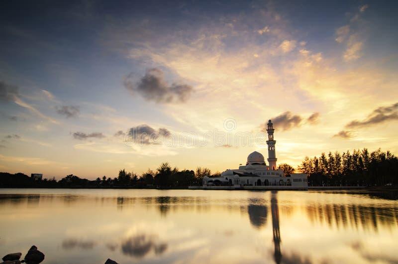 Mesquita de flutuação da paisagem impressionante em Terengganu, Malásia sobre o fundo dourado do por do sol fotografia de stock royalty free