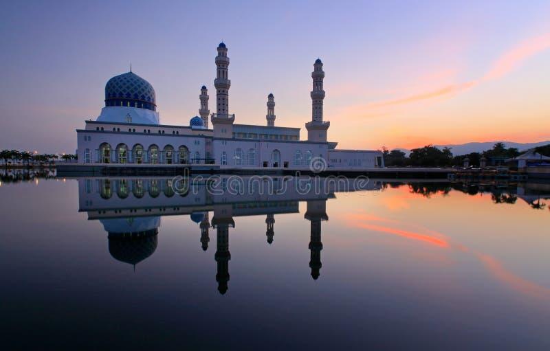 Mesquita de flutuação de Likas em Sabah, Bornéu, Malásia foto de stock