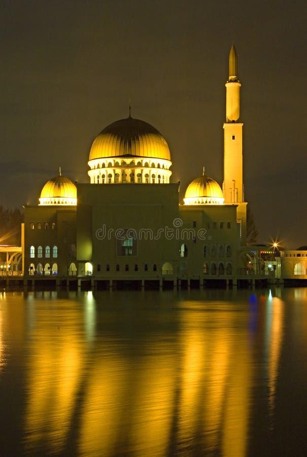 Mesquita de flutuação dourada na noite foto de stock royalty free
