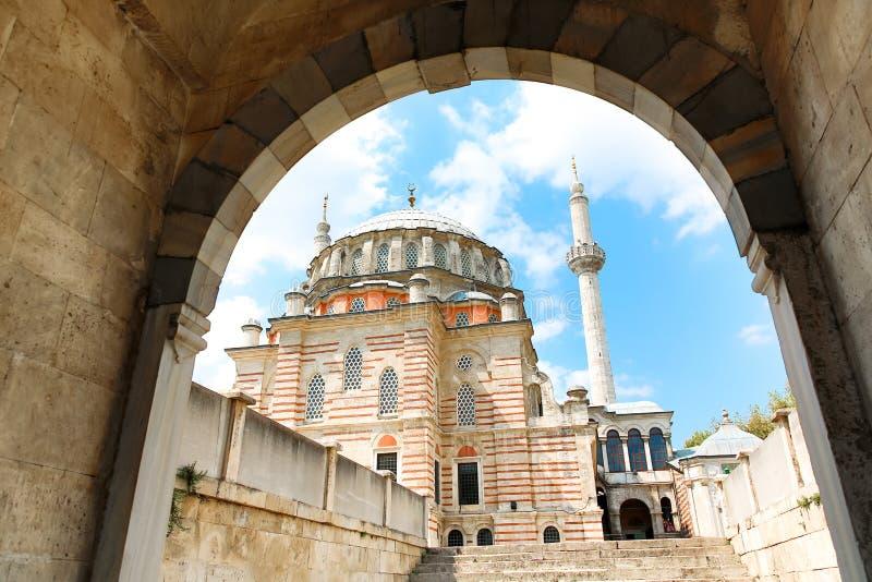 Mesquita de Laleli igualmente conhecida uma mesquita da tulipa com o céu nebuloso azul Vista da porta fotos de stock