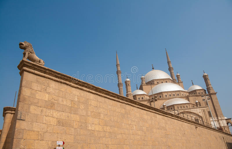 Mesquita de Mohammed Ali ou do alabastro, Saladin Citadel, tiro não convencional do ângulo do Cairo, Egito imagens de stock