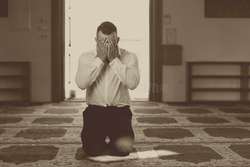 Mesquita de Muslim Praying In do homem de neg?cios imagem de stock