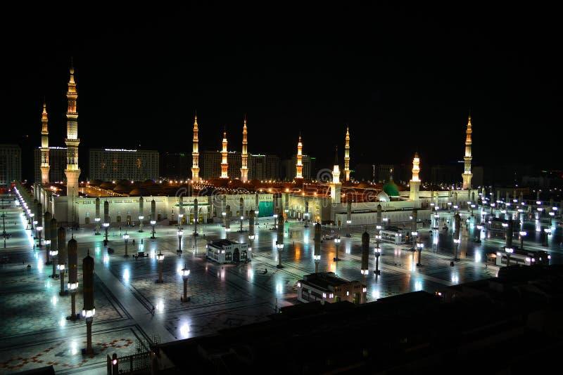 Mesquita de Nabawi em Medina no nighttime fotografia de stock royalty free