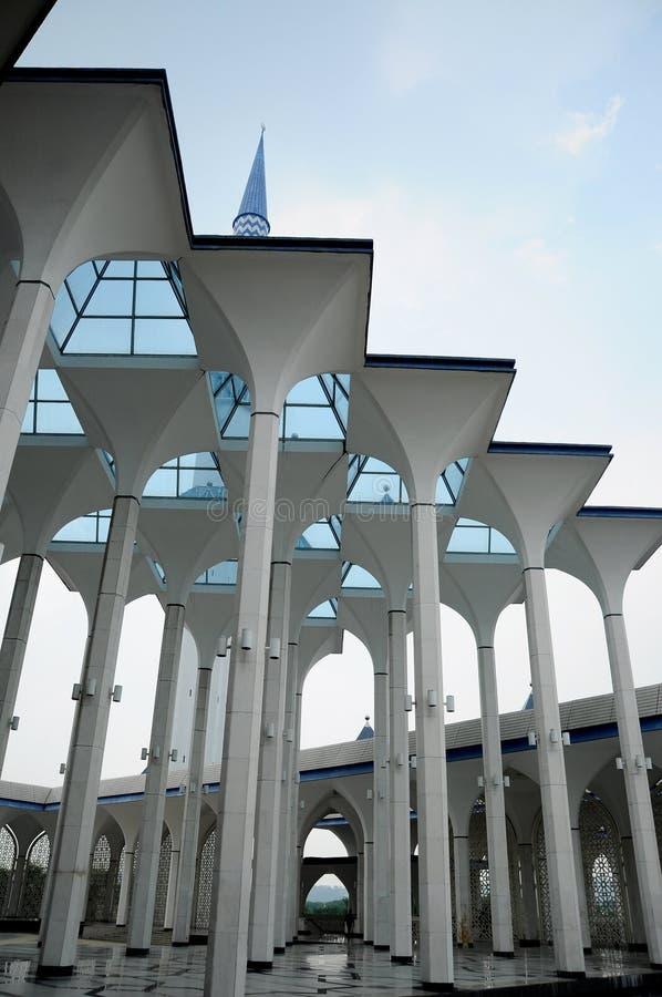 Mesquita a de Sultan Salahuddin Abdul Aziz Shah K um xá Alam Mosque fotografia de stock royalty free