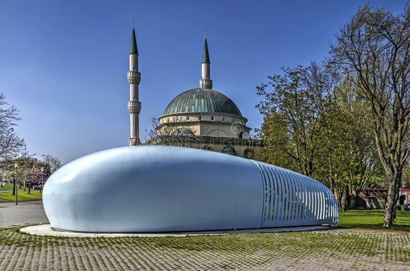 A mesquita e a estação de bombeamento foto de stock royalty free