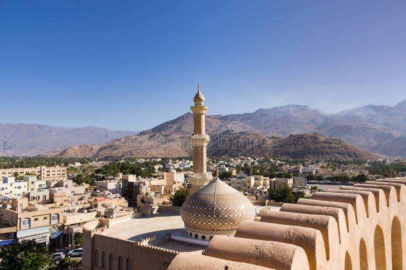 A mesquita e o minarete grandes em Nizwa - Omã fotografia de stock