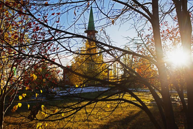 Mesquita em uma cidade provincial no outono foto de stock royalty free