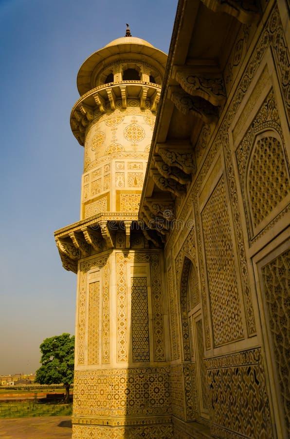 Mesquita histórica velha no país asiático durante a estação de mola imagens de stock royalty free