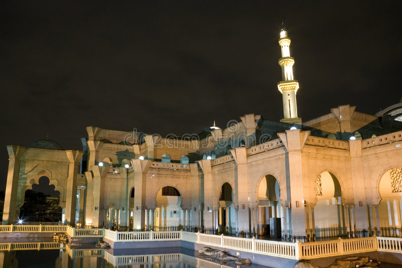 Mesquita malaia na noite imagens de stock
