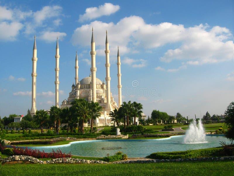 Mesquita muçulmana grande com os minaretes altos na cidade de Adana, Turquia foto de stock royalty free