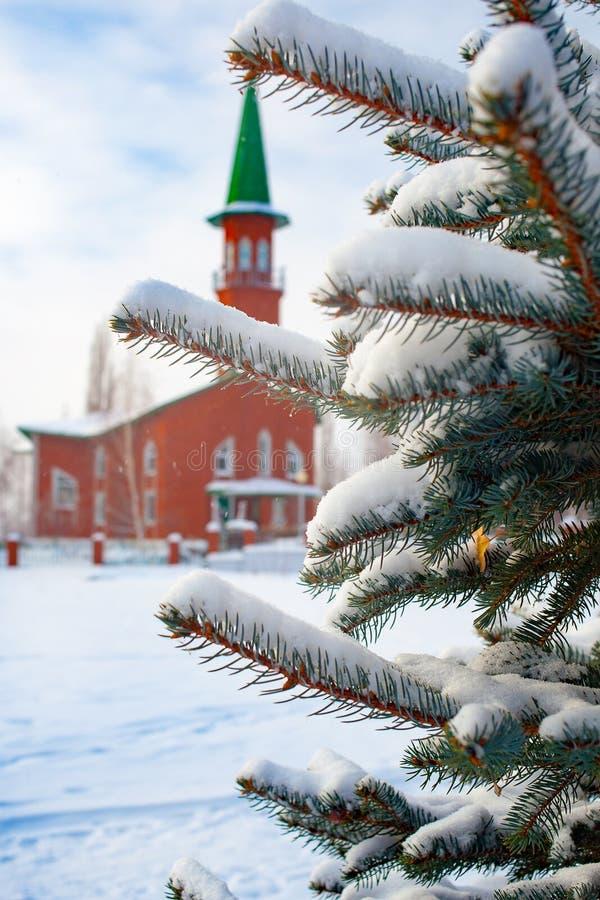 Mesquita muçulmana no inverno em uma cidade provincial pequena de Rússia foto de stock