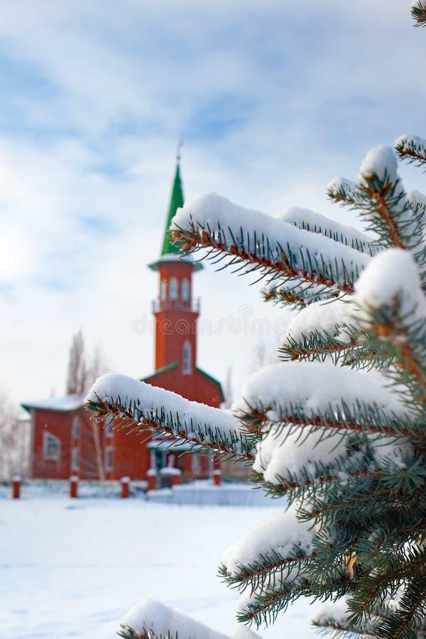 Mesquita muçulmana no inverno em uma cidade provincial pequena de Rússia imagens de stock royalty free