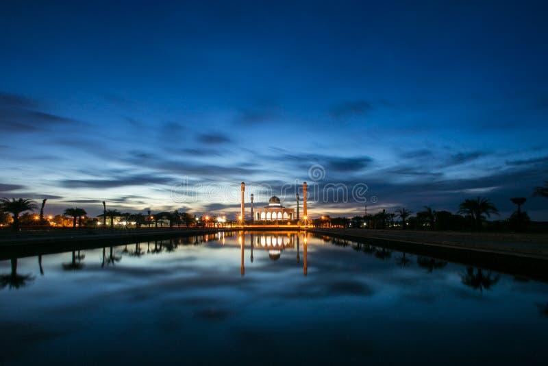 Mesquita na reflexão bonita visível da noite na água fotografia de stock