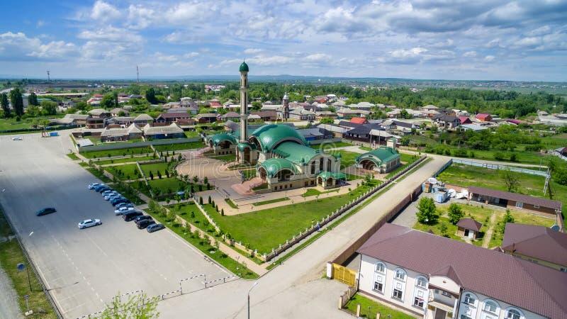 A mesquita na vila de Alkhan-Yurt Rep?blica chechena R?ssia Vista de acima fotografia de stock royalty free