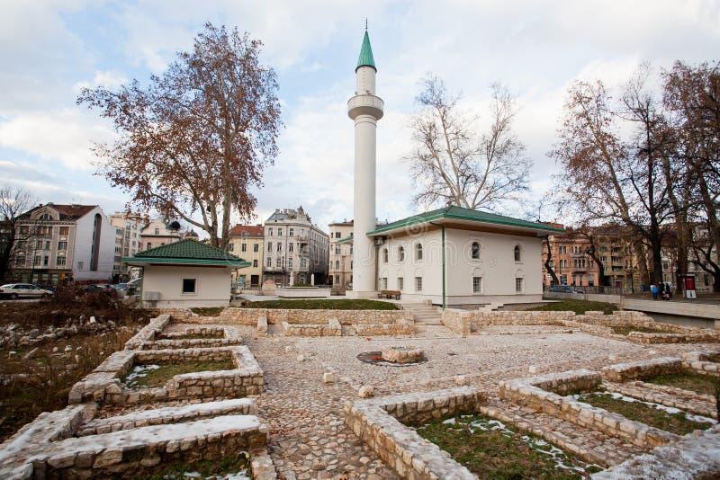 Mesquita nova construída perto das ruínas que permanecem da guerra bosniana fotografia de stock royalty free
