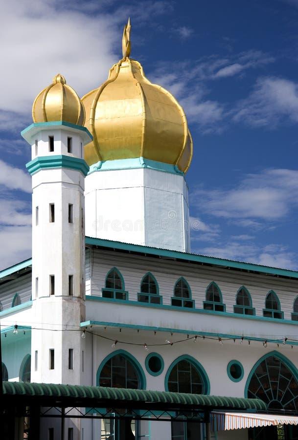 Mesquita velha com abóbada dourada fotografia de stock royalty free