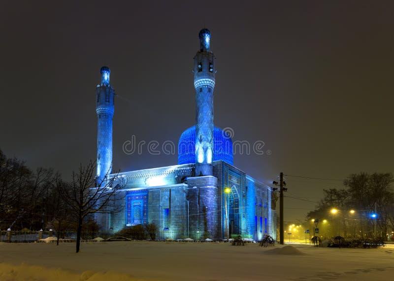 Mesquita velha em St Petersburg Rússia, noite do inverno da noite com neve e luzes suaves bonitas imagem de stock royalty free