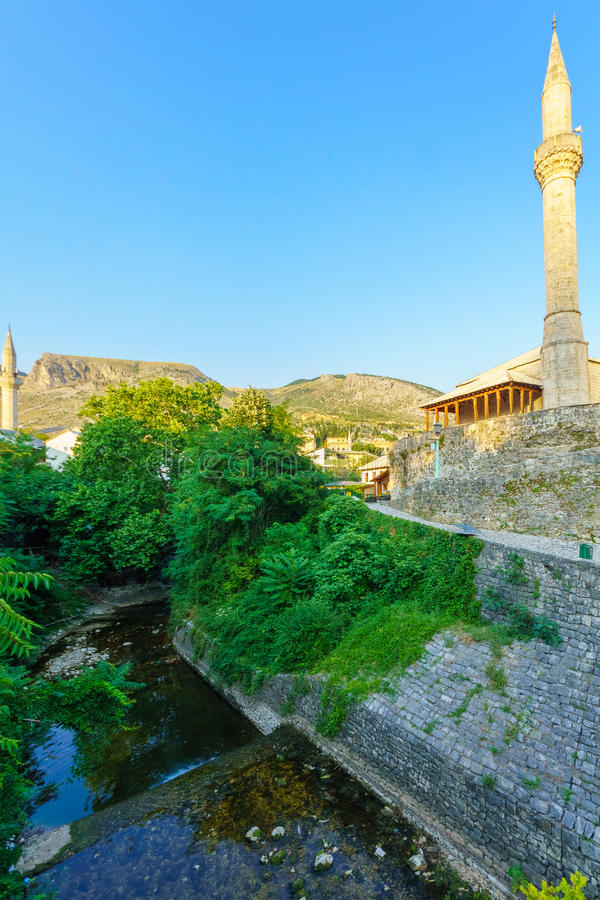 Mesquitas e minaretes, Mostar imagem de stock