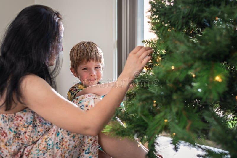"""Messa in opera del figlio del ² del 'Ð del """"Ñ della madre Ñ e decorare l'albero di Natale immagini stock"""