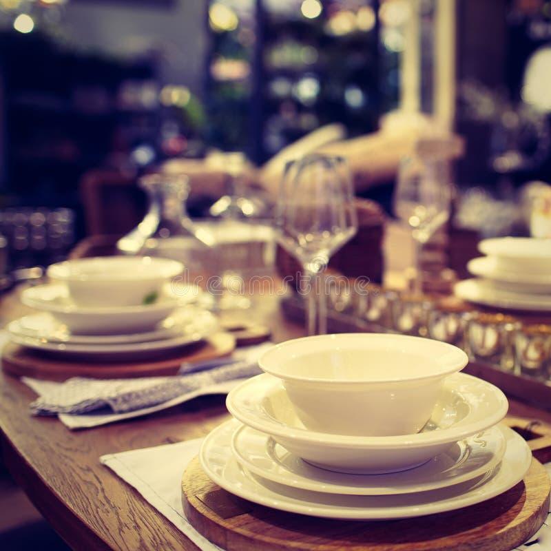 Messa a punto della cena - immagine La Tabella è servito per il partito di cena di lusso con i piatti bianchi, tovaglioli, vetri, fotografia stock