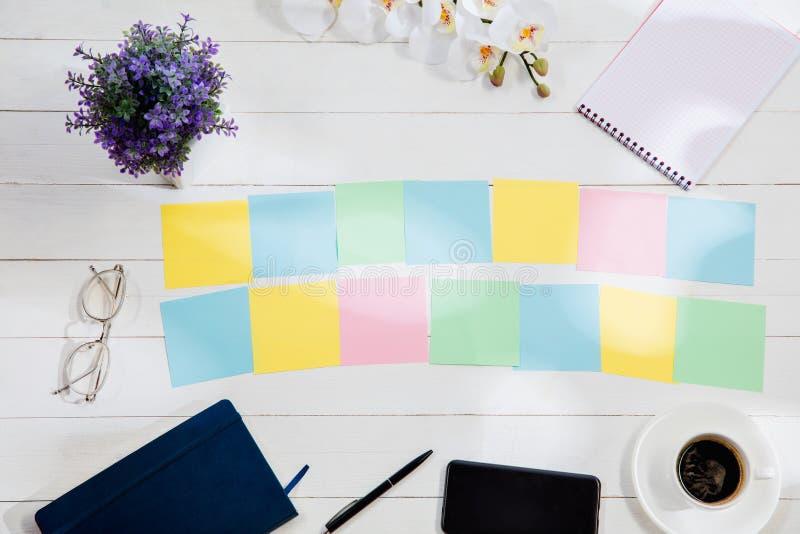 Message aux papiers de note colorés sur un fond de bureau photos libres de droits