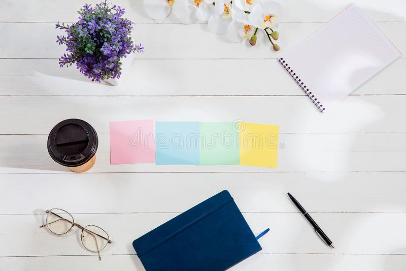 Message aux papiers de note colorés sur un fond de bureau images stock