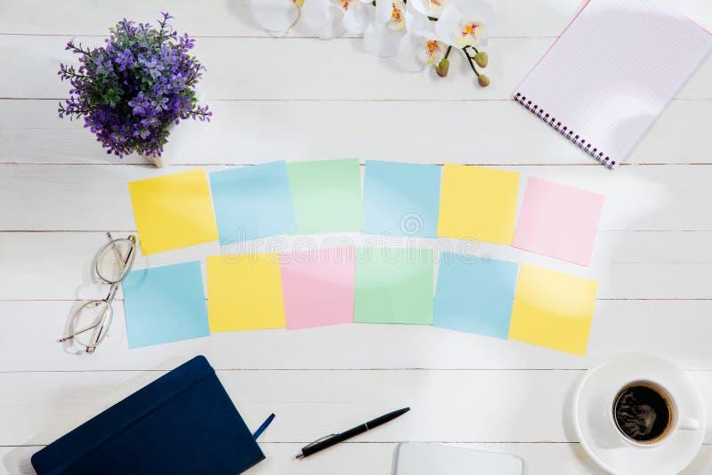 Message aux papiers de note colorés sur un fond de bureau images libres de droits