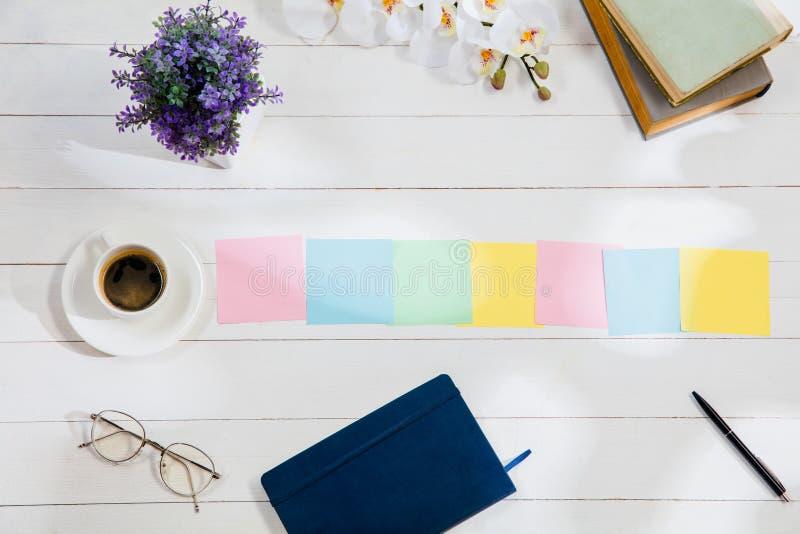 Message aux papiers de note colorés sur un fond de bureau image stock