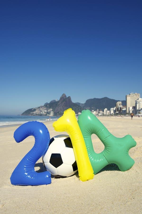 Message 2014 coloré avec le football Rio Beach Brazil de ballon de football photographie stock