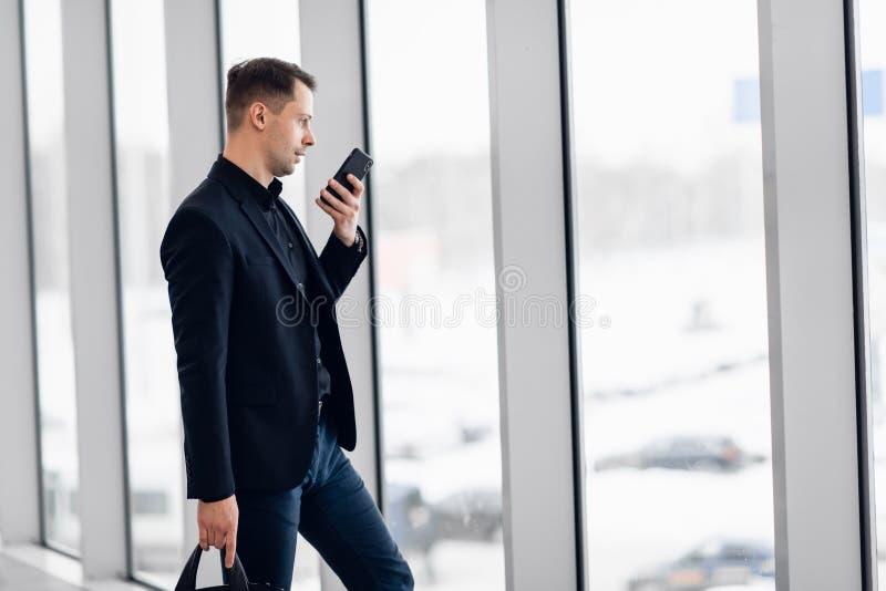 Message concentr? de voix d'enregistrement d'homme d'affaires ? l'a?roport photo stock