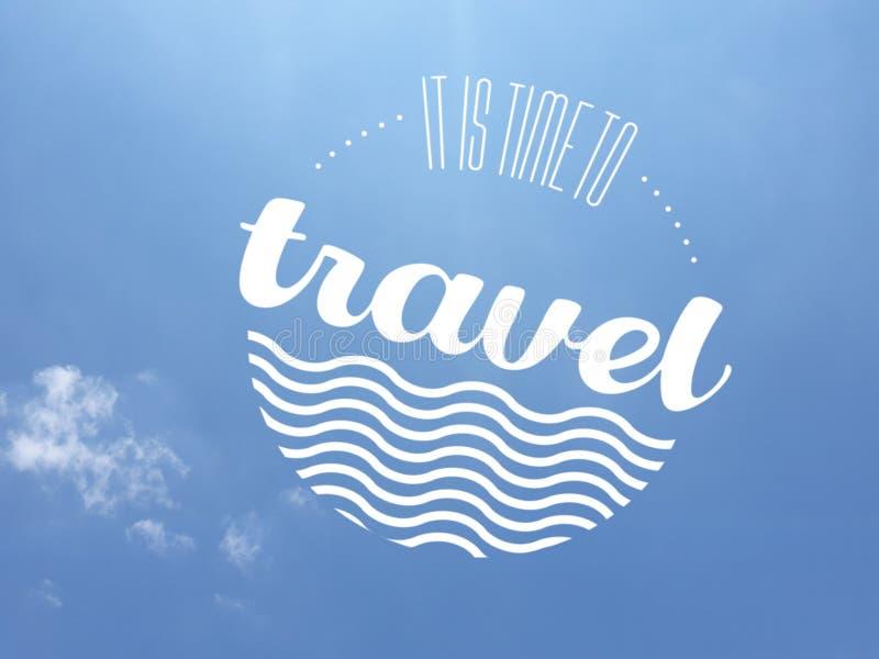 Message d'invitation de voyage dans la couleur blanche au-dessus d'un fond presque sans nuages de ciel bleu photo libre de droits