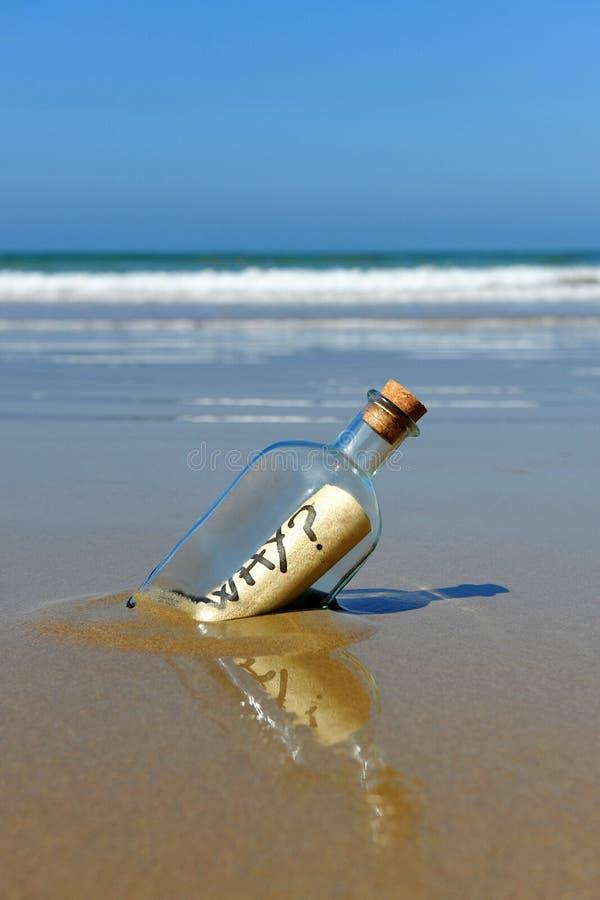 Message dans une bouteille sur le rivage de la plage, question, pourquoi photo libre de droits