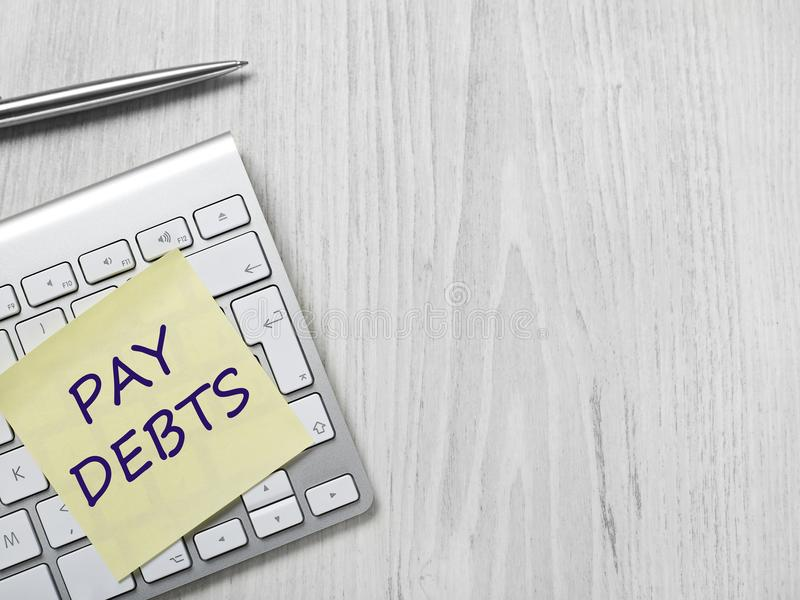 Message de dettes de salaire sur la note adhésive image stock