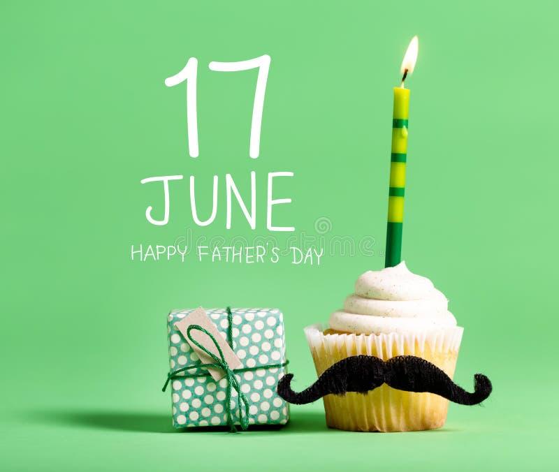 Message de jour du ` s de père avec le petit gâteau photographie stock libre de droits