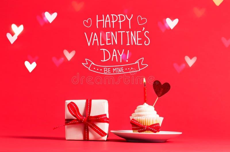 Message de jour du ` s de Valentine avec le petit gâteau et le coeur images stock