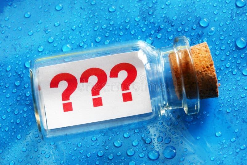 Message de point d'interrogation dans une bouteille images stock