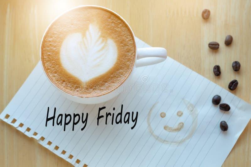 Message firday heureux de concept sur la tasse de carnet, de crayon et de café photo stock