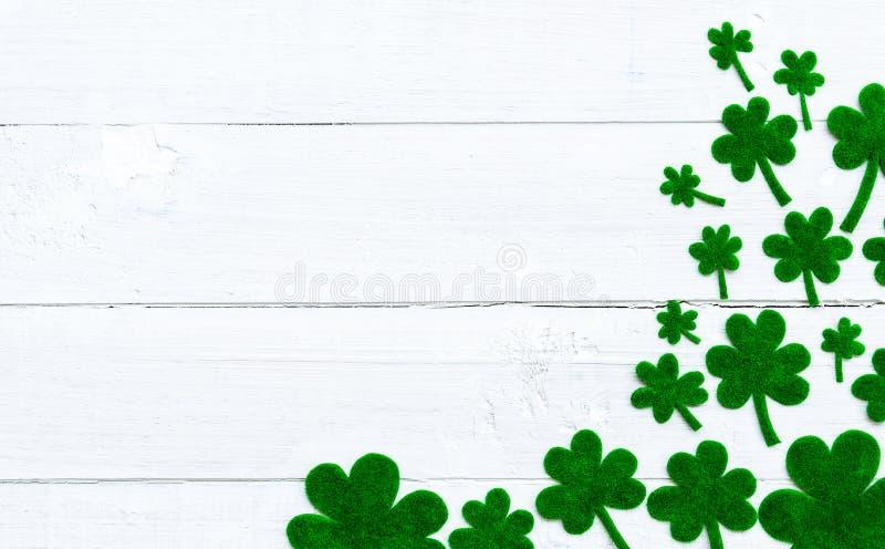 Message heureux de jour de St Patricks et beaucoup de trèfle de Livre vert images stock