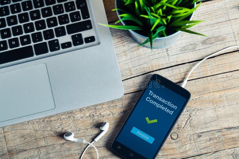 Message réalisé de transaction sur l'écran intelligent de téléphone Détail de lieu de travail photographie stock