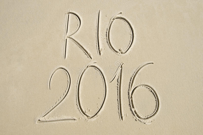 Message 2016 simple de Rio manuscrit sur la plage de sable photographie stock libre de droits