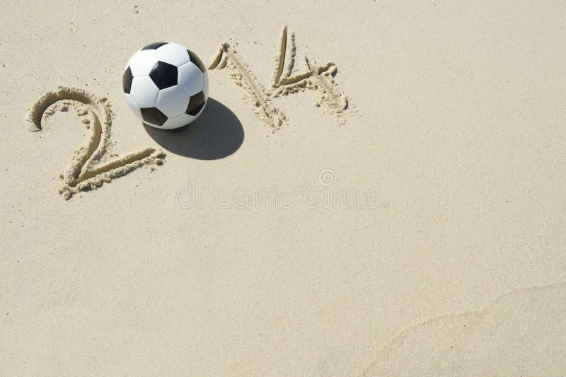 Message 2014 sportif en sable avec du ballon de football du football photographie stock libre de droits