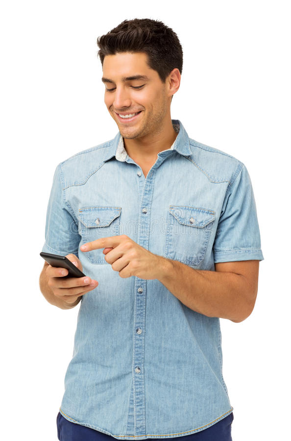 Message textuel de sourire de lecture d'homme au téléphone intelligent photo stock