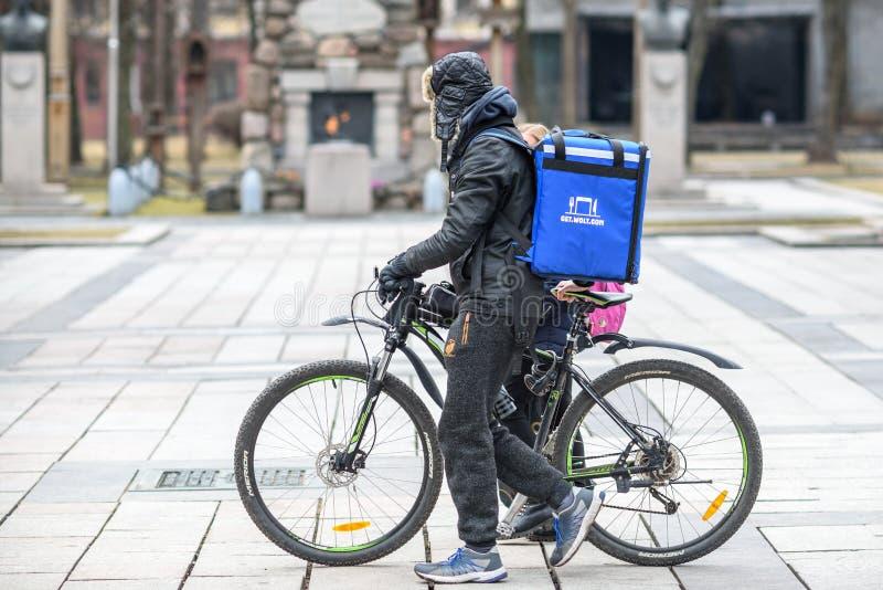 Messager de la livraison de nourriture avec la bicyclette photo libre de droits