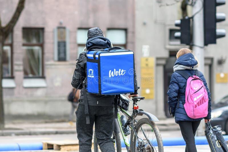 Messager de la livraison de nourriture de Wolt avec la bicyclette image stock